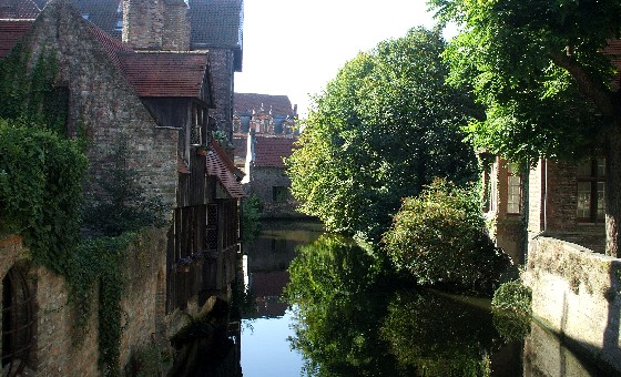 Bruges Canal reflection (www.free-city-guides.com)
