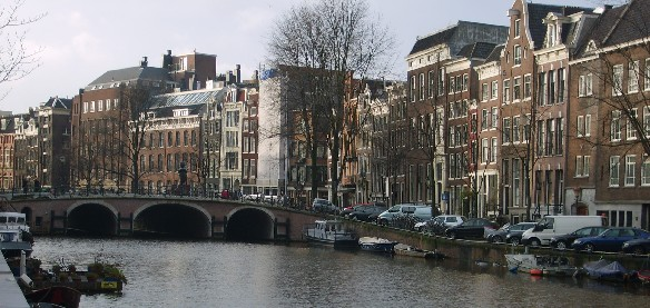 Amsterdam canal (www.free-city-guides.com)