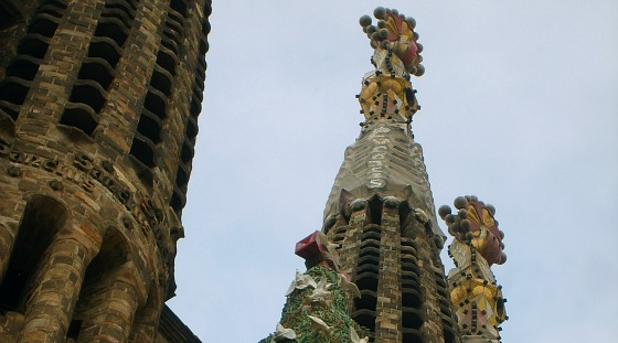 Barcelona Sagrada Familia tower tops from the side (www.free-city-guides.com)