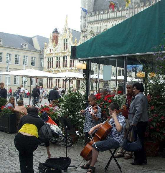 Bruges Burg Square Musicians (www.free-city-guides.com)