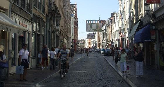Bruges Cobbled Street (www.free-city-guides.com)