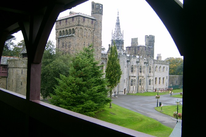 Cardiff Castle rampart view (www.free-city-guides.com)