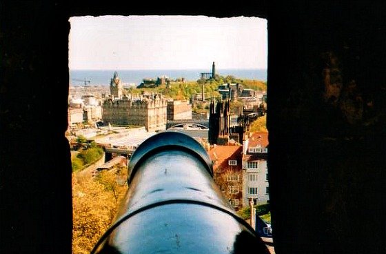 Edinburgh Castle Cannon View (www.free-city-guides.com)