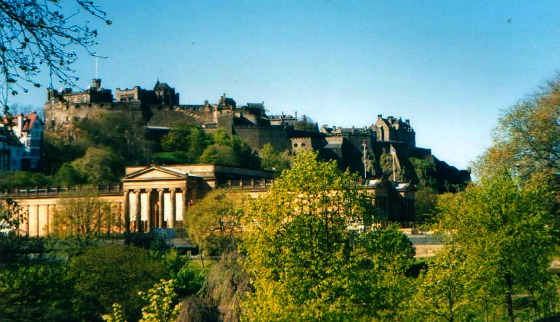Edinburgh National Gallery and Castle in Summer (www.free-city-guides.com)