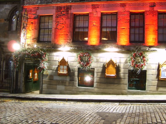 Edinburgh Royal Mile Witchery (www.free-city-guides.com)