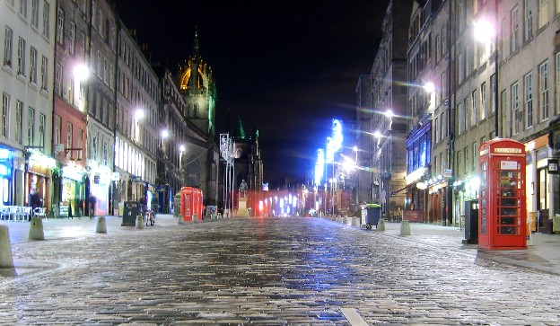 Edinburgh Royal Mile at night (www.free-city-guides.com)