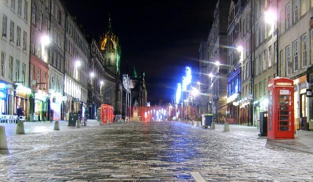 Edinburgh Royal Mile at night (www.free-city-guides.com)