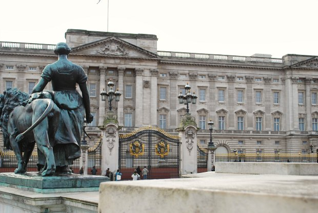 London Buckingham Palace front with statue