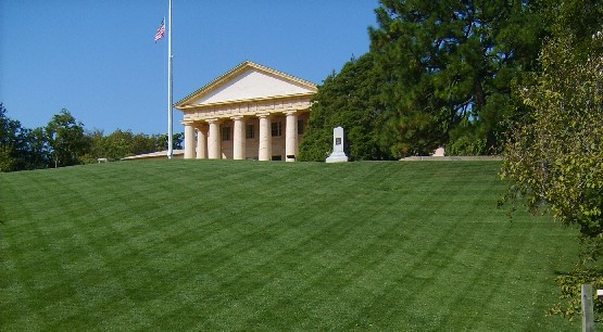 Arlington Cemetery Memorial building (www.free-city-guides.com)
