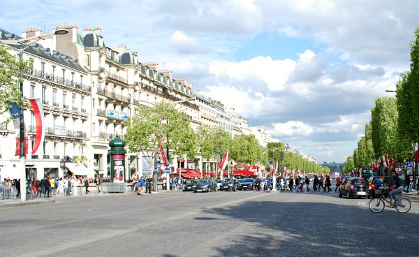 Paris Champs Elysees crossing (www.free-city-guides.com)