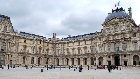 Paris Louvre buidling