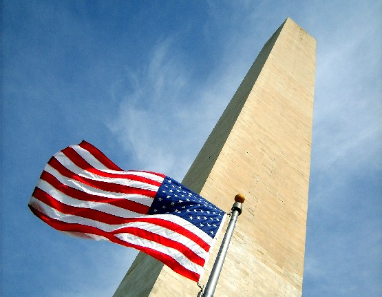 Washington Monument and flag (www.free-city-guides.com)