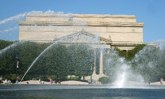 Washington National Archives and fountain (www.free-city-guides.com)