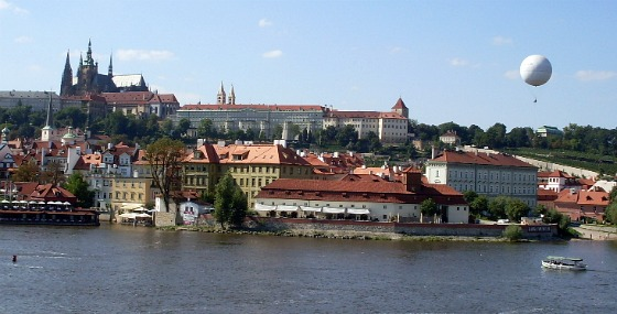 Prague Castle from across the river (www.free-city-guides.com)