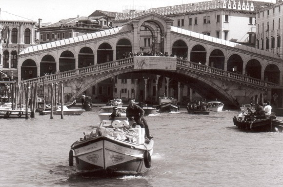 Venice Rialto Bridge B&W (www.free-city-guides.com)