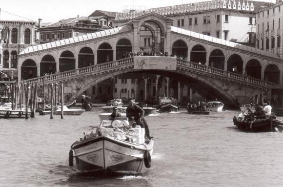 Venice Rialto Bridge B&W (www.free-city-guides.com)