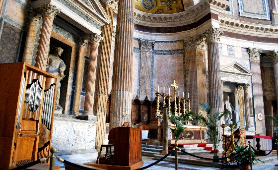 Rome Pantheon Altar (www.free-city-guides.com)