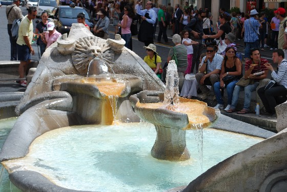 Rome Piazza di Spagna wate feature (www.free-city-guides.com)