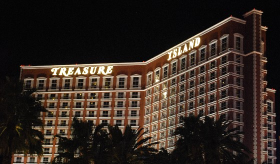 Las Vegas Treasure Island night (www.free-city-guides.com)