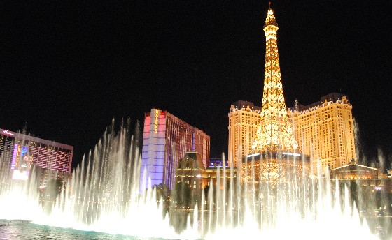 Las Vegas Bellagio Fountains at night with Paris (www.free-city-guides.com)