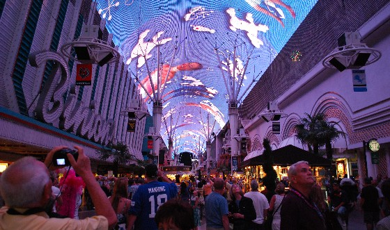 Las Vegas Freemont Street American Pie show (www.free-city-guides.com)