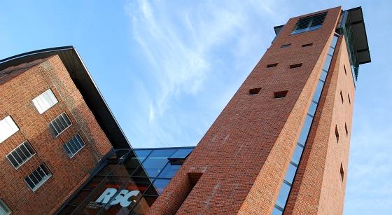 Stratford RSC Theatre Tour Outisde (www.free-city-guides.com)