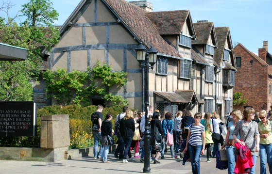 Stratford Shakespeares Birthplace crowds (www.free-city-guides.com)