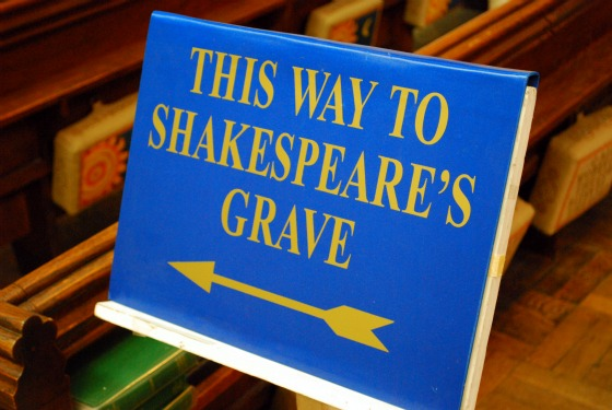 Stratford upon Avon Shakespeares Grave sign (www.free-city-guides.com)