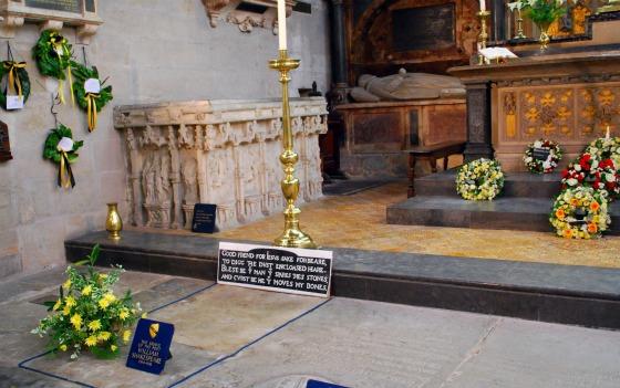 Stratford Shakespeares gravestone (www.free-city-guides.com)