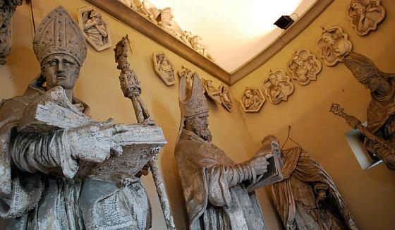 Florence Duomo dome climb statues (www.free-city-guides.com)