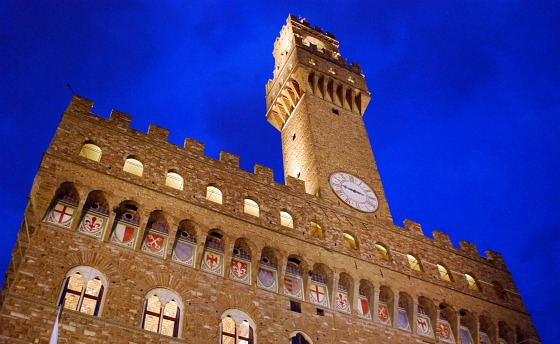 Florence Palazzo Vecchio at night (www.free-city-guides.com)
