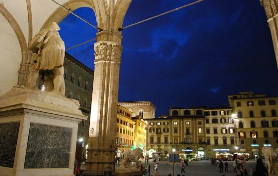 Florence Piazza della Signoria at night (www.free-city-guides.com)
