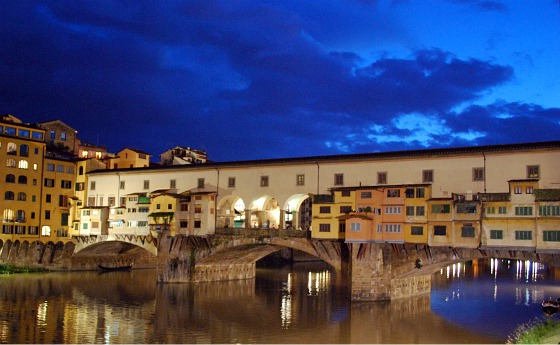 Florence Ponte Vecchio at night (www.free-city-guides.com)