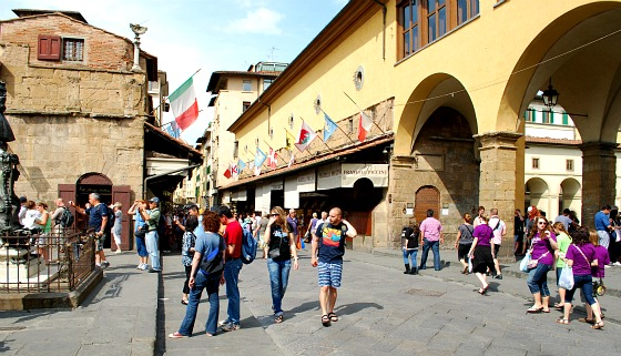 Florence Ponte Vecchio looking north (www.free-city-guides.com)