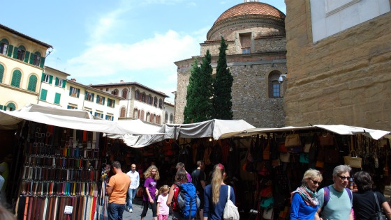 Florence San Lorenzo market with basilica (www.free-city-guides.com)