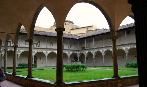 Florence Santa Croce courtyard (www.free-city-guides.com)