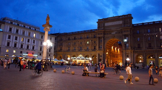 Florence Piazza della Republica wide (www.free-city-guides.com)