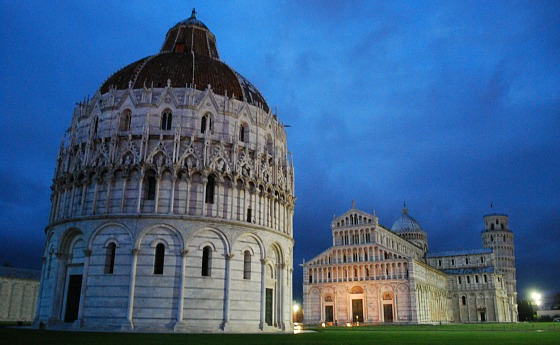 Pisa Baptistry at night (www.free-city-guides.com)
