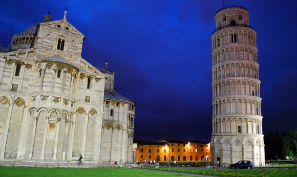Pisa Leaning Tower and Duomo at night (www.free-city-guides.com)