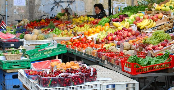 Pisa Market stall and stallholder (www.free-city-guides.com)