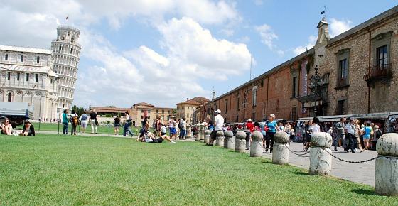Pisa Piazza dei Miracoli shops (www.free-city-guides.com)