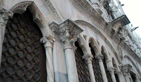 Pisa Santa Maria Della Spina windows (www.free-city-guides.com)