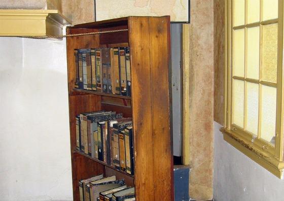 Amsterdam Anne Frank Huis Bookcase