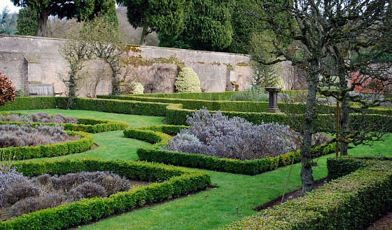 Nottingham Newstead Abbey formal garden (www.free-city-guides.com)