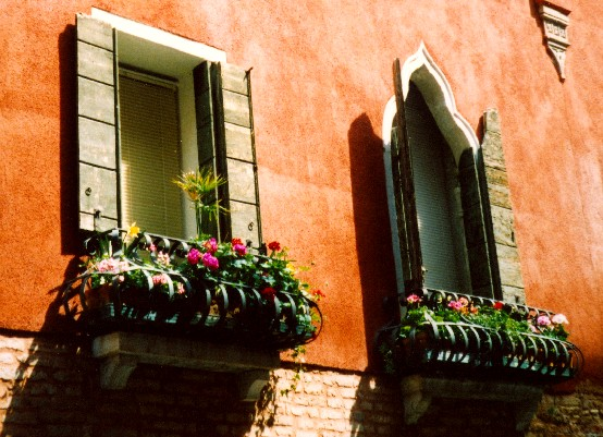 Venice window boxes (www.free-city-guides.com)