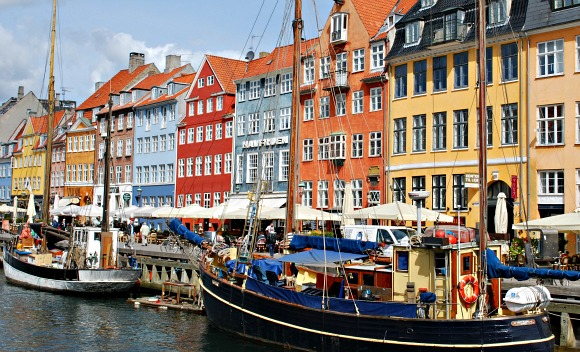Copenhagen Nyhavn with boats (www.free-city-guides.com)