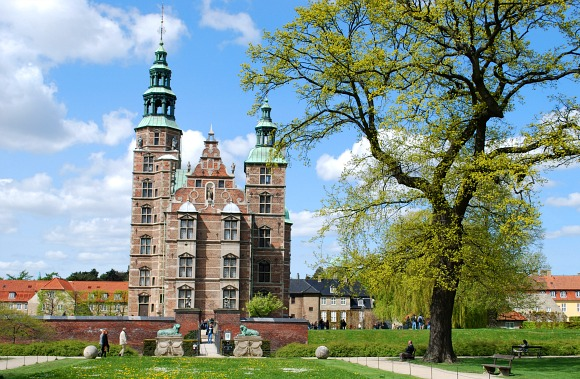 Copenhagen Rosenborg Castle from park (www.free-city-guides.com)