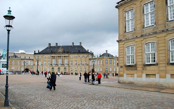 Copenhagen Amalienborg Palace cobbles (www.free-city-guides.com)