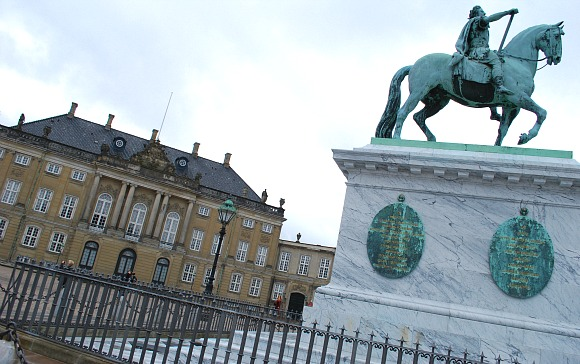 Copenhagen Amalienborg statue close (www.free-city-guides.com)