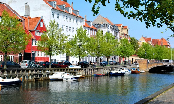 Copenhagen Christianshavn canal with trees (www.free-city-guides.com)